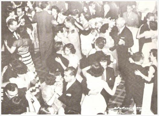Getúlio Vargas, ao fundo e Juscelino Jubitschek, dançando, presenças constantes nos bailes de maio, no Jockey 1952.